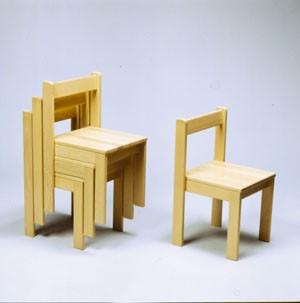Stapelstuhl mit gerader Sitzfläche